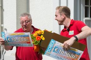 Da er mit zwei Losen teilgenommen hat, überreichte ihm Postcode-Moderator Felix Uhlig zwei Gewinnerschecks über je 10.000 Euro. Foto: Postcode Lotterie/Wolfgang Wedel
