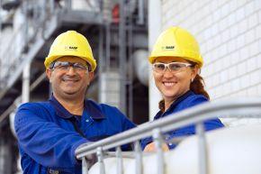"""Butadien-Anlage der BASF in Ludwigshafen. Mitarbeiter Dehset Karinca und Elisabeth Galaktionow bei einer Sicherheitskontrolle in der Butadien-Anlage. Sie haben auf ihrem Weg feste Punkte, an denen sie Kontrollen durchführen. Im Werksteil Friesenheimer Insel des BASF Verbundstandorts Ludwigshafen ist die Butadien-Anlage eine zentrale Verbundanlage. Bis zu 105.000 Tonnen Butadien kann diese Anlage dem Verbund im Jahr zur Verfügung stellen. +++ Stichworte: BASF; Chemie; Industrie; Regionen; Europa; Werk; Verbundstandort; Konzernzentrale; LOGO; Außenaufnahme; Butadien; Produktionsstätte; Mitarbeiter. +++ Die Verwendung dieses Bildes ist für redaktionelle Zwecke honorarfrei. Veröffentlichung bitte unter Quellenangabe: """"obs/BASF SE"""""""