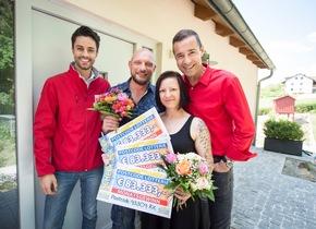 Botschafter Kai Pflaume (rechts) mit der Gewinnerin Doreen, ihrem Freund Andreas und Postcode-Moderator Giuliano Lenz. Foto: Postcode Lotterie/Marco Urban
