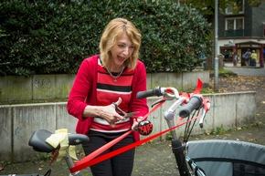 Prof. Dr. Karla Misek-Schneider tauft das nach ihr benannte Lastenfahrrad. (Foto: Heike Fischer/TH Köln)