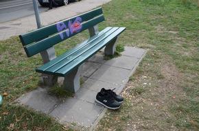 Schuhe an der Bank