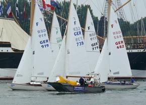 THW-Boot auf der Trave vor Segelfeld und Passat