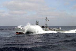 """Schnellboot """"Zobel"""" in voller Fahrt. Foto: Matthias Dürendahl, Deutsche Marine"""