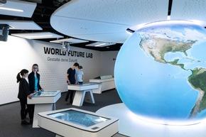 """Im Ausstellungbereich """"World Future Lab"""" nehmen die Besucher das Schicksal der Erde selbst in die Hand. Bildnachweis: Klimahaus Bremerhaven"""