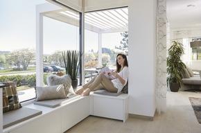 Ein Highlight ist sicherlich die Eckverglasung mit integrierter Sitzbank im Küchenbereich ? der perfekte Ort zum Entspannen.