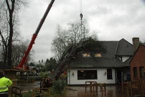 Einsatzstelle Baum auf Haus, Lintorfer Markt, Ratingen Lintorf.