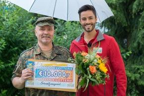 Trotz Regens war die Stimmung beim Straßenpreis-Gewinner Ewald und Postcode-Moderator Giuliano Lenz blendend. Foto: Postcode Lotterie/Wolfgang Wedel