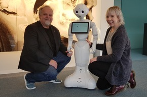 """Prof. Dr. Arvid Kappas and doctoral student Rebecca Stower with the robot """"Pepper"""" © Jacobs University"""