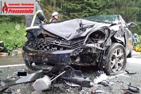 Schwerer Unfall mit drei Verletzten auf der L 697. Bereits am Nachmittag war es an gleicher Stelle zu einem Unfall mit zwei Verletzten gekommen.