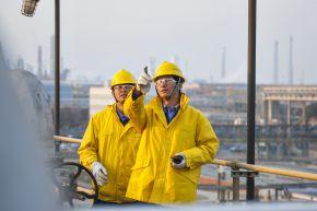 """Ethylen-Anlage in der BASF-YPC Company Limited. Wang Hao (links) und Hu Wenkui (rechts), beide Techniker, führen eine Routineinspektion der Entlüftungsanlage durch. Die Produktionsanlagen der BASF-YPC sind intelligent miteinander über ein Netz von Rohrleitungen verbunden. Das spart Logistikkosten für den Transport von Chemikalien, Rohstoffen und Energie. Ein Steamcracker und neun weitere Produktionsanlagen produzieren qualitativ hochwertige Produkte. Über 90 Prozent der Produktion des Verbundstandortes Nanjing gehen in den chinesischen Markt. +++ Ethylene Unit at BASF-YPC Company Limited. Wang Hao (left) and Hu Wenkui (right), both steam cracker operators, carry out a routine inspection of the deaerator V-900. BASF-YPC is a good example of BASF's Verbund concept. Production plants are intelligently linked together via a network of pipelines. This saves logistics costs for transporting chemicals, raw materials and energy. A steam cracker and nine other production plants produce high quality products. Over 90 percent of output of the Nanjing composite is for the Chinese market. +++ Weiterer Text über OTS und www.presseportal.de/pm/16344 / Die Verwendung dieses Bildes ist für redaktionelle Zwecke honorarfrei. Veröffentlichung bitte unter Quellenangabe: """"obs/BASF SE/Detlef W. Schmalow"""""""