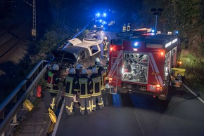 Die Bundesstraße 236 musste wegen der Rettungs- und Bergunsmaßnahmen zwei Stunden voll gesperrt werden. Foto: Karsten Grobbel