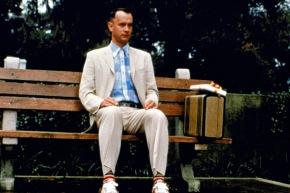 FILMFILM: Forrest Gump, Drama, USA, 1994, Sendetermin: Samstag, den 26.11.2005 um 20.15 Uhr in Sat.1. Auf einer Bank, an einer Bushaltestelle, irgendwo im Süden der USA: Hier sitzt Forrest Gump (Tom Hanks). Jedem, der sich ein paar Minuten zu ihm setzt, erzählt er einen Teil seiner unglaublichen Lebensgeschichte ... Foto: Sat.1/© Paramount Pictures. Abdruck honorarfrei nur im Zusammenhang mit dem Sat.1-Sendetermin