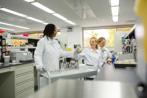 """Laborleiterin Carmen Hendricks-Guy (links) und die wissenschaftlichen Mitarbeiter Jessica Stone (Mitte) und Sarah Deisenroth (rechts) bei ihrer täglichen Arbeit am Labortisch. Das BASF-Forschungszentrum für Weiße Biotechnologie von BASF in Tarrytown, New York, ist spezialisiert auf die Optimierung von Mikroorganismen, um biobasierte Chemikalien zu produzieren. Abdruck honorarfrei. Copyright by BASF.  Lab Operations Manager Carmen Hendricks-Guy (left) and Associate Scientists Jessica Stone (center) and Sarah Deisenroth (right) at their daily work at the lab bench. Research conducted at BASF's White Biotechnology research center in Tarrytown, New York, focuses on optimizing microorganisms to produce bio-based chemicals. Print free of charge. Copyright by BASF. Weiterer Text über OTS und www.presseportal.de/pm/16344 / Die Verwendung dieses Bildes ist für redaktionelle Zwecke honorarfrei. Veröffentlichung bitte unter Quellenangabe: """"obs/BASF SE/Detlef W. Schmalow"""""""
