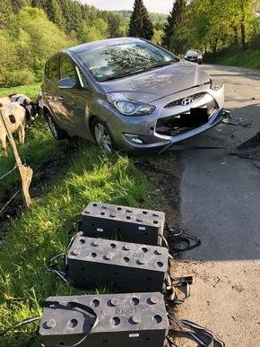 Eines der Fahrzeuge wurde durch den Aufprall zum Graben geschleudert.