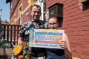 Da Jens in der dazu gehörigen Postleitzahl 34628 wohnt und ein Los besitzt, hat er ebenfalls gewonnen: 15.790 Euro! Seine Freundin Yvonne freut sich mit. Foto: Postcode Lotterie/Marco Urban