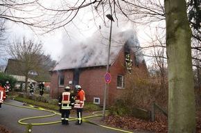 Rauch dringt aus dem Dachgeschoss