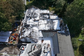 FW Ratingen: Dachstuhlbrand in Ausflugslokal: Bilder
