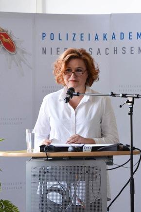 """Sabine Rückert verdeutlichte die Problematik """"Täter-Opfer-Medien - Sexualdelikt und Sexualstrafrecht aus Sicht der Medien""""."""