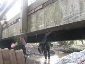 Arbeiten unterhalb der Brücke