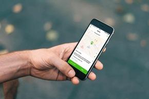 """SKODA Connect umfasst auch den Fahrzeugfernzugriff per Smartphone. So lässt sich zum Beispiel die Parkposition des SUPERB ermitteln. Weiterer Text über ots und www.presseportal.de/nr/28249 / Die Verwendung dieses Bildes ist für redaktionelle Zwecke honorarfrei. Veröffentlichung bitte unter Quellenangabe: """"obs/Skoda Auto Deutschland GmbH"""""""