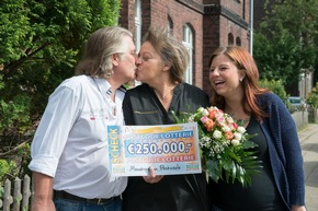 Gewinnerkuss für Ehemann Jörg. Christa freut sich zusammen mit ihrer Tochter Marie. Foto: Postcode Lotterie/Wolfgang Wedel