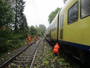 Aufräumarbeiten am Zug