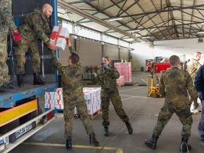 Tetris für den guten Zweck. Die Pakete werden in den Lastwagen gestapelt. (Quelle: PIZ Personal/Andreas Metka)