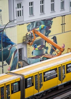 Nur mit Hilfe von Hebebühnen war die Gestaltung der Fassade möglich. U-Bahn-Passagiere konnten das Spektakel beim Vorbeifahren beobachten. Nika Kramer/URBAN NATION (Abdruck honorarfrei)