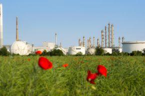 """Aromaten-Anlage der BASF in Ludwigshafen. Im Hintergrund sind die Kolonnen der Aromaten-Anlage im Werksteil Friesenheimer Insel des BASF Verbundstandorts Ludwigshafen zu sehen. Bis zu 300.000 Tonnen Benzol kann diese Anlage dem Verbund im Jahr zur Verfügung stellen. Damit ist sie eine zentrale Verbundanlage, die direkt mit den beiden Steamcrackern verbunden ist. In den Crackern entstehen eine Reihe wichtiger chemischer Grundprodukte, darunter vor allem Ethylen und Propylen. +++ Stichworte: BASF; Chemie; Industrie; Regionen; Europa; Werk; Verbundstandort; Konzernzentrale; Außenaufnahme; Tanklager; Logo +++ Die Verwendung dieses Bildes ist für redaktionelle Zwecke honorarfrei. Veröffentlichung bitte unter Quellenangabe: """"obs/BASF SE"""""""