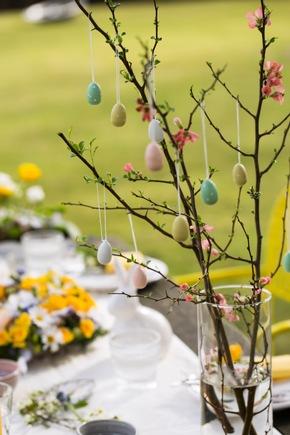 Geschmückte Quittenzweige zaubern den Frühling auf die Ostertafel. Foto: ©Fleurop AG