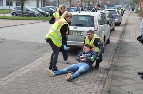 Verletzter wird durch Polizeibeamte gerettet