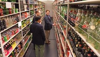 """Das Coca-Cola Archiv in Atlanta. Weiterer Text über ots und www.presseportal.de/nr/7974 / Die Verwendung dieses Bildes ist für redaktionelle Zwecke honorarfrei. Veröffentlichung bitte unter Quellenangabe: """"obs/Coca-Cola Deutschland"""""""