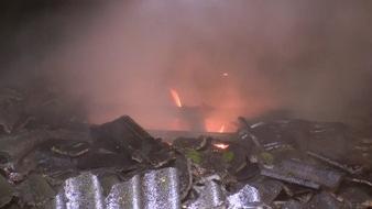 Flammenn schlagen aus dem Dachstuhl