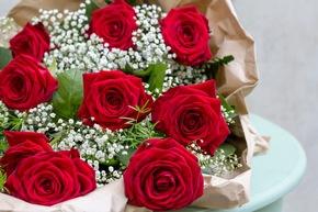 Farblich wird die Kollektion von Rot, Weiß, Violett und Gelb dominiert. Bei der Blumenauswahl überwiegen Rosen, Lilien und Schleierkraut. Bild: Fleurop AG