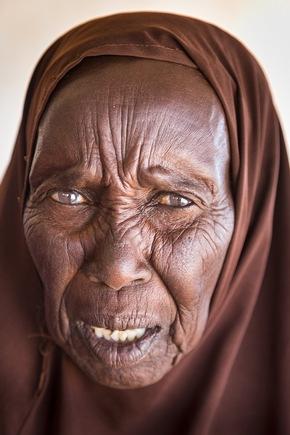"""3. Platz beim PR-Bild Award 2017 in der Kategorie """"Portrait"""": Frauenporträt im Healthpost in Raad. Cap Anamur Factfinding-Tour in den Norden von Somaliland (Grenzgebiet zu Somalia)-wegen der anhaltenden Dürre. Es hat seit 3 Jahren nicht mehr geregnet."""