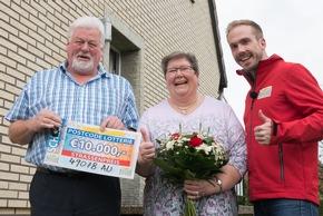 Gewinnerfreude in Osnabrück: Klaus (links), Ehefrau Monika und Postcode-Moderator Felix Uhlig. Foto: Postcode Lotterie/Wolfgang Wedel