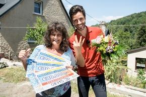 Mit der Sonne um die Wetter strahlen: Das können Gewinnerin Antje und Postcode-Moderator Giuliano Lenz. Foto: Postcode Lotterie/Marco Urban