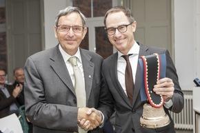 Martin Jäger (Regierungsrat Kanton Graubünden) gratuliert Jürg Domenig (Verwaltungsratspräsident SSTH Passugg) zum Meilenstein. (Foto SSTH / Riona Daly)