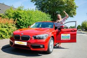 Teilnehmerin Ronja freut sich über ihren Gewinn. Foto: Postcode Lotterie/Wolfgang Wedel