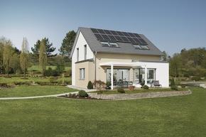 Dank Photovoltaikanlage mit 32 Modulen und Batteriespeicher erfüllt das Einfamilienhaus mühelos den KfW-Effizienzhaus-40-Plus-Standart.