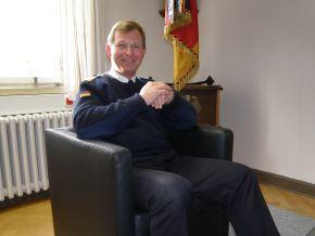 Der Kommandeur der Marineunteroffizierschule Plön, Kapitän zur See Heinrich Liebig, im Gespräch über die Bootsmannsausbildung. Foto: Detlef Struckhof, Deutsche Marine