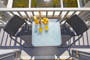 <b>Larissa Cafétisch</b><br> Elegant durch die Milchglasoptik und ideal für kleine Balkone oder Terrassen zeigt sich Larissa.<br> Maße: Eckig (H/B/T): 71 x 60 x 60 cm<br> Preis: Eckig: 34,99 €