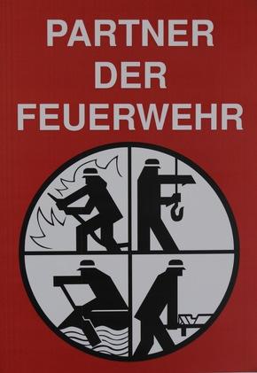 """Das Förderschild """"Partner der Feuerwehr"""" wird an der Rettungswache Itzehoe installiert."""