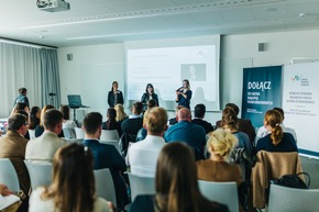 Isabell Halletz, Geschäftsführerin des Arbeitgeberverband Pflege (links) und Juliane Bohl, stellv. Vorsitzende des VHBP e.V. (rechts), diskutieren mit Hilfe einer Übersetzerin
