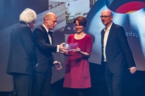 Überreicht wurde der Preis von DGNB Präsident Prof. Alexander Rudolphi (l.) und Prof. Dr. Günther Bachmann (2 v.l.), dem Generalsekretär des Rates für Nachhaltige Entwicklung. Foto: Ralf Rühmeier