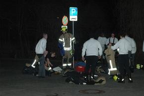 FW Ratingen: Feuer in Kleingartenanlage, mehrere Lauben betroffen, 3 verletzte Personen