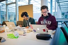 """Hackathon #DataDeepDive im Newsroom der Deutschen Presse-Agentur in Berlin: Rund 100 Entwickler, Journalisten und Data Scientists arbeiteten an neuen Modellen für datengetriebenen Journalismus und Geschäftsideen auf Basis von Algorithmen und künstlicher Intelligenz. Organisiert hat den Hackathon der internationale Startup-Beschleuniger next media accelerator (nma). (Foto: Arne Immanuel Bänsch, dpa) Weiterer Text über ots und www.presseportal.de/nr/8218 / Die Verwendung dieses Bildes ist für redaktionelle Zwecke honorarfrei. Veröffentlichung bitte unter Quellenangabe: """"obs/dpa Deutsche Presse-Agentur GmbH/Arne Immanuel Bänsch"""""""