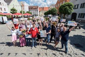 Gruppenjubel in Kelheim: Insgesamt 500.000 Euro haben die Niederbayern gewonnen. Foto: Postcode Lotterie/Marco Urban