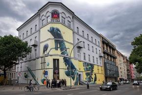 Die Museumsfassade von der gegenüberliegenden Straßenseite aus betrachtet.  Nika Kramer/URBAN NATION (Abdruck honorarfrei)