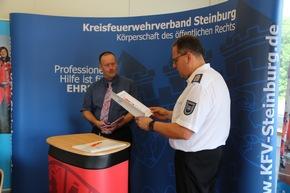 Kreiswehrführer Frank Raether (r.) verliest die Urkunde für das Förderschild